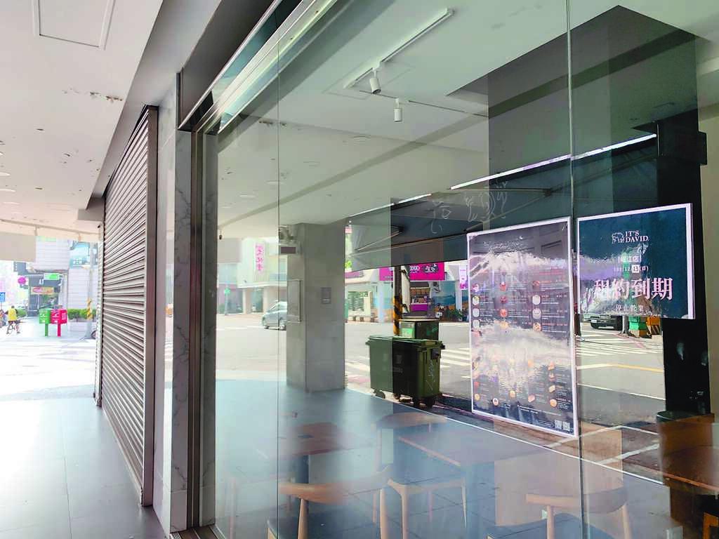 富士康廣告集團接手的「士達衛IT'S DAVID」無預警倒閉,高雄崛江門市張貼租約到期。(柯宗緯攝)