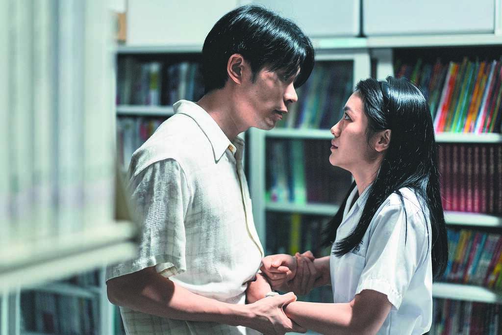 姚淳耀(左)在《返校》飾演的沈華老師被李玲葦看穿真面目後,失去理智。(公視提供)