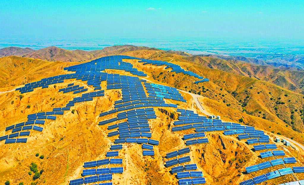 張家口市懷安縣西沙城鄉東沙城村附近荒山上的太陽能發電場。(新華社資料照片)