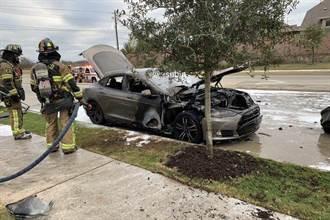 Model S「砰」巨響後在路邊起火燒毀,車主控特斯拉消極不調查
