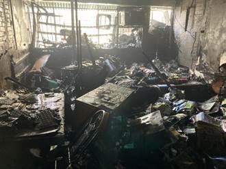 中市民宅起火1臥床老翁受困 搶救人員破門救出