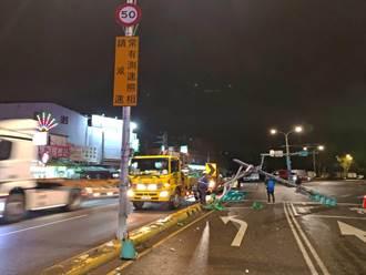 聯結車駕駛貨斗倉門未關 扯落電線撞斷紅綠燈