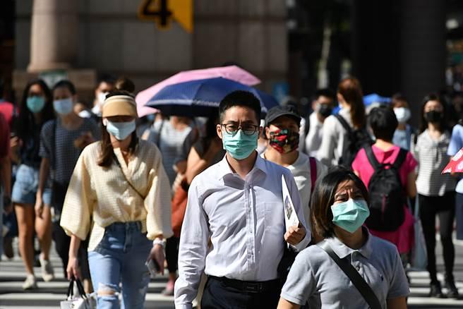 急診醫提醒,台灣目前處於危險邊緣,隨時緊帶口罩十分重要。(達志影像/shutterstock)