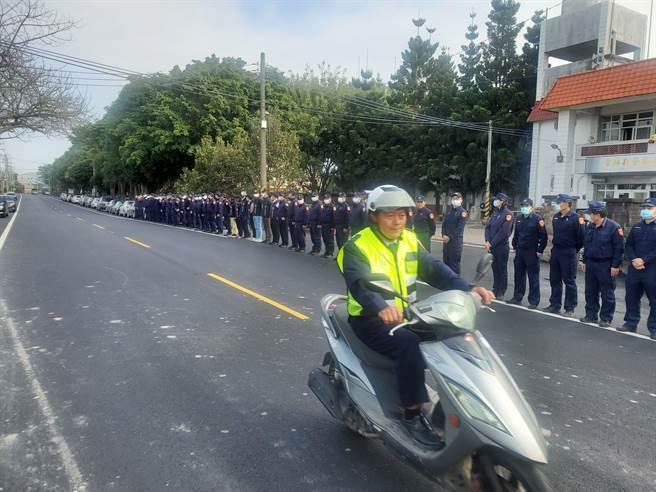 西螺分局員警協助治喪,特安排靈車通過王姓員警最後的值勤地,向他致敬道別。(周麗蘭攝)
