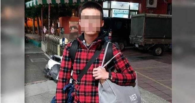 年僅22歲的蘇威宇自小憧憬加入空軍,入伍前還拍下帥氣照片,豈料一年後卻成為植物人。(圖/讀者提供)