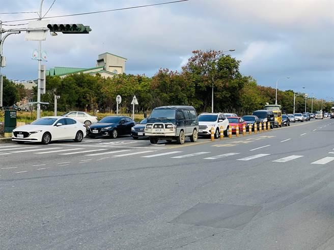 后科園區美光公司員工的車流倒塞,造成三豐路嚴重堵塞。(王文吉攝)