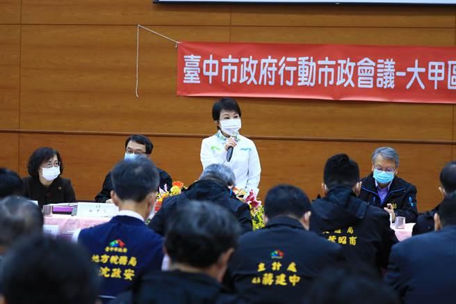 台中市長盧秀燕率市府團隊移師大甲舉辦市政會議,會中通過將萊豬列為重大食安,民眾檢舉可領取7成獎金。(王文吉攝)