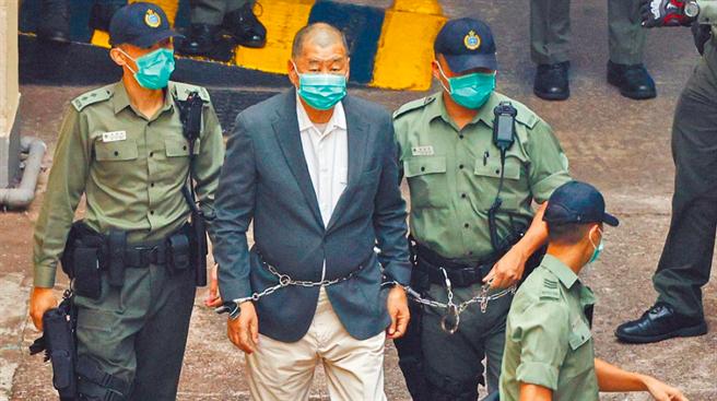 壹傳媒集團創辦人黎智英12日鐵鍊纏腰、手戴手銬,被港警嚴密押解至法院。(中時資料照)