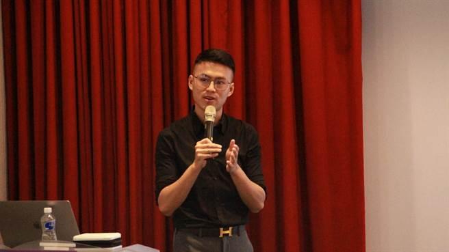 武敬凱鼓勵同學在未來衣食無慮的狀況下,能夠幫助有價值卻沒被看到的人。(世新大學提供)