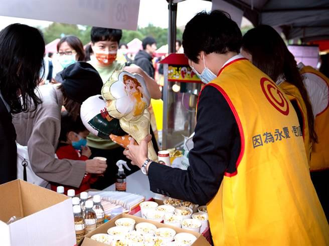 永庆团队准备卡通气球、爆米花与民眾互动。(图/永庆房屋提供)