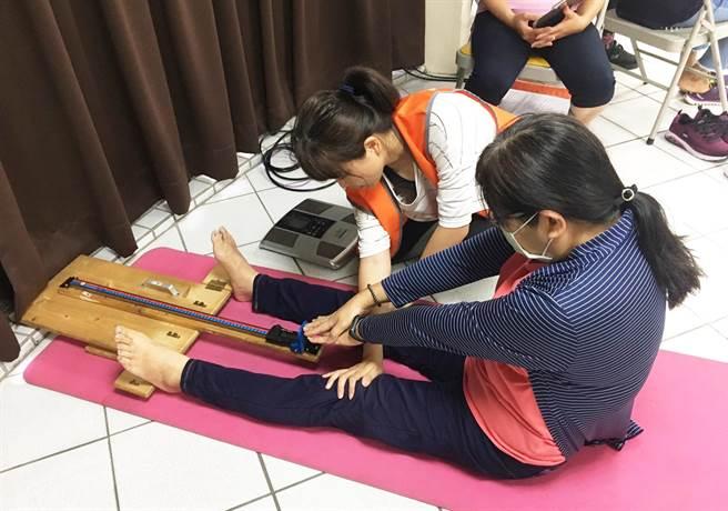 弘道基金會對照服員進行體適能測驗,讓照服員了解自己體能狀況。(弘道基金會提供/陳世宗台中傳真)