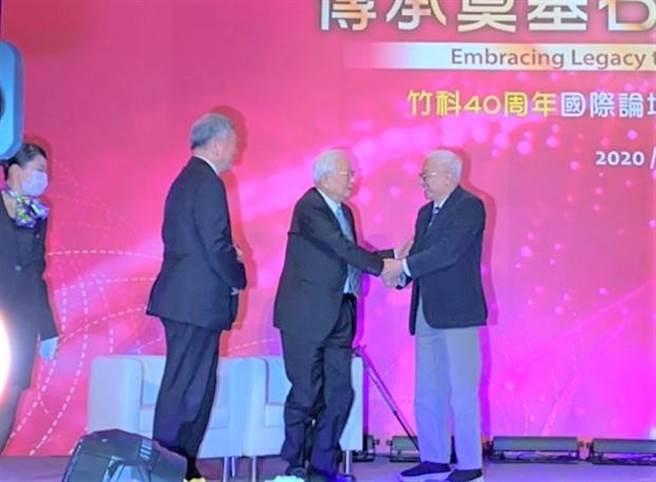 聯電榮譽董事長曹興誠(右一)上台致詞前,先與台積電創辦人張忠謀(右二)握手致意,張忠謀也立即起身回禮。(莊旻靜攝)