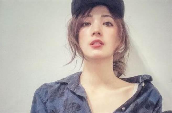 33歲台灣女星阿喜(林育品)以32F、24、35火辣三圍及甜美外貌一炮而紅。 (圖/IG@joyshishi777)