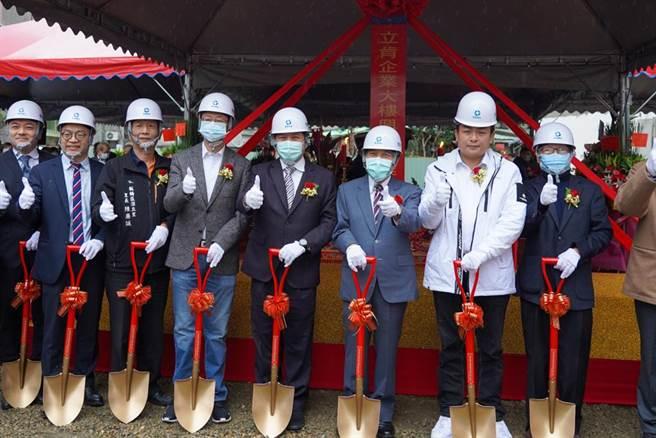 立肯企業投資金額逾10億元,將於新北市板橋區興建企業營運總部,新北市副市長吳明機今(15日)受邀出席動土典禮。(新北市經發局提供)