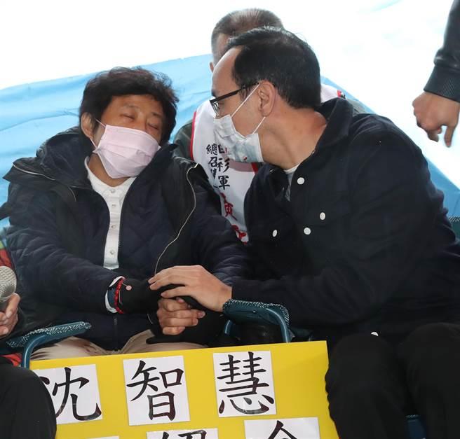 前國民黨主席朱立倫(右)15日前往立法院大門口,探視正在絕食反萊豬的前立委沈智慧(左),表達慰問及力挺之意。(劉宗龍攝)