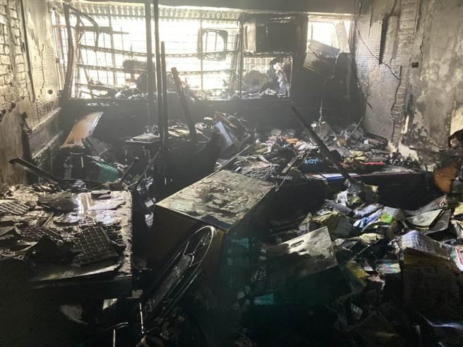 台中市模范街民宅发生火灾,消防人员到场搜救,现场一片狼藉。(民眾提供/陈淑芬台中传真)