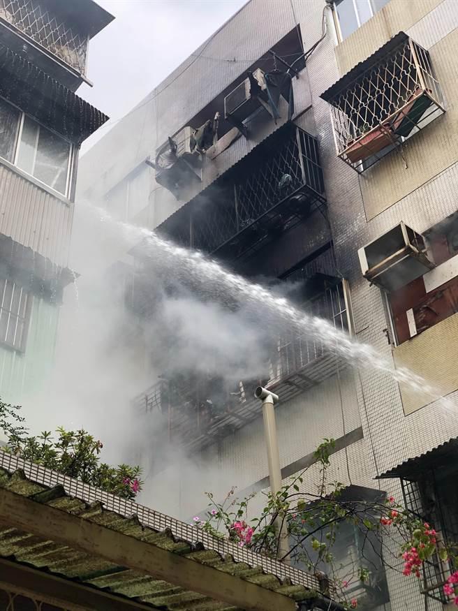 台中市模范街民宅发生火灾,消防人员紧急到场灌救。(民眾提供/陈淑芬台中传真)