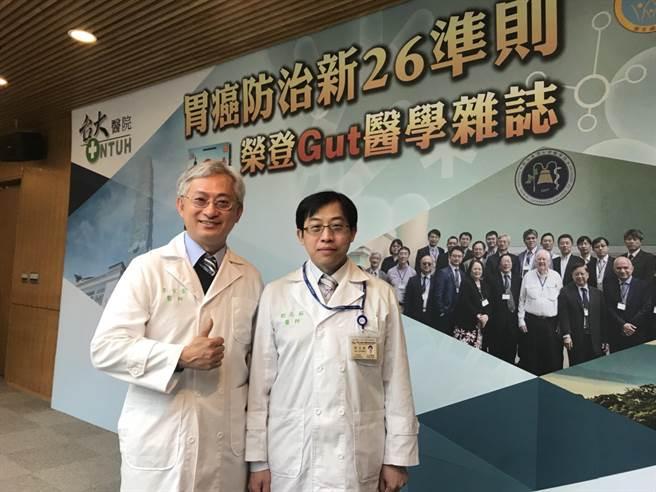內科部教授李宜家醫師(左)、消化內科醫師劉志銘均(右)14年來每年飛馬祖守候當地人的健康。