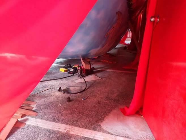 高雄市茄萣区万福宫15日上午在移动王船时,有一名男子被压在船下,经送医,伤重不治。(翻摄照片/林瑞益高雄传真)