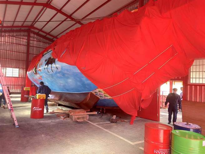 高雄市茄萣区万福宫15日上午在移动王船时,有一名男子被压在船下,经送医,伤重不治。警方到场调查。(翻摄照片/林瑞益高雄传真)