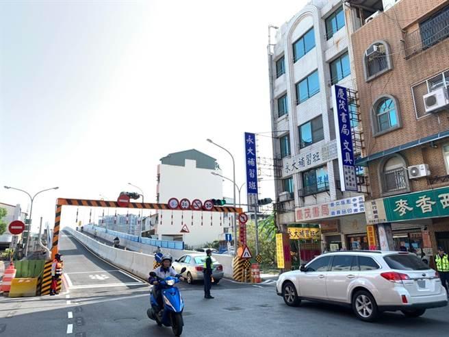 連結台南東區與北區的長榮路臨時鋼便橋,歷時一年多工程終於在15日通車。(李宜杰攝影)