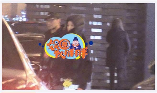 章子怡、汪峰現身街頭,夫妻都低調穿黑色羽絨衣。(圖/取材自微博)