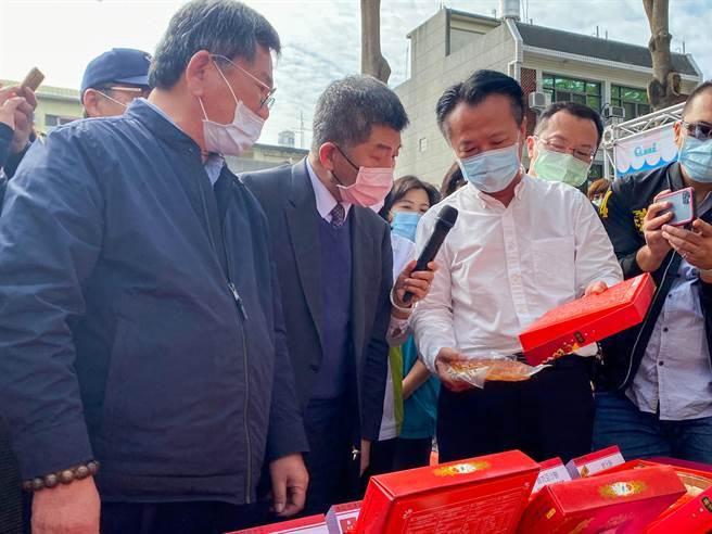 衛福部長陳時中(中)到新港鄉視察傳統中式喜餅標示。(張亦惠攝)