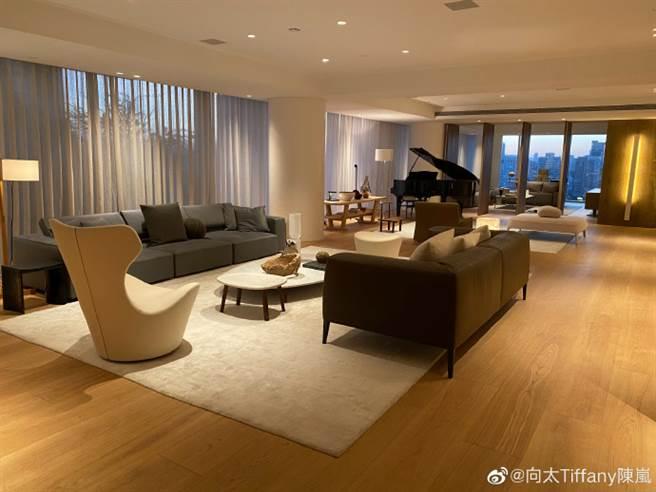 向太开箱送儿媳的台北豪宅。(图/翻摄自微博)