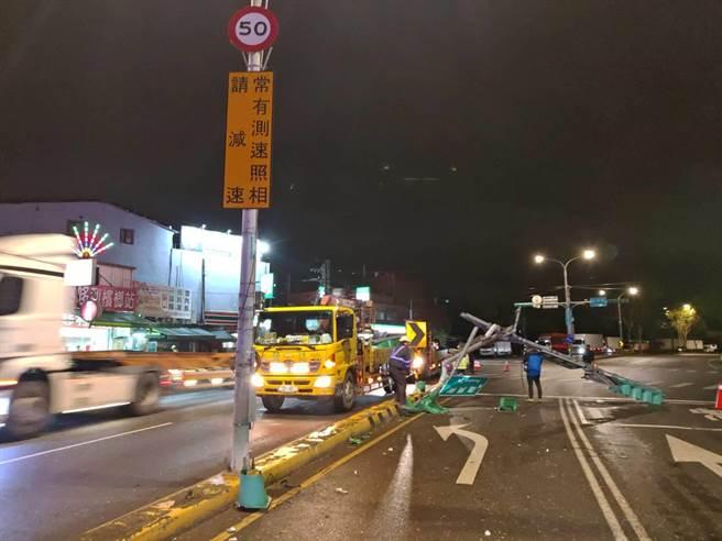 桃園市龜山區49歲張姓男子駕駛連結車,撞毀紅綠燈、牌面。(翻攝照片/賴佑維桃園傳真)