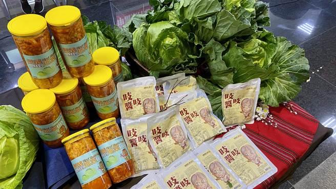 信義鄉「踏雪尋梅」活動20日登場,推出梅子泡菜DIY活動,以信義高海拔高麗菜為主原料,搭配梅子酸甜醬,自製爽脆口感。(黃立杰攝)