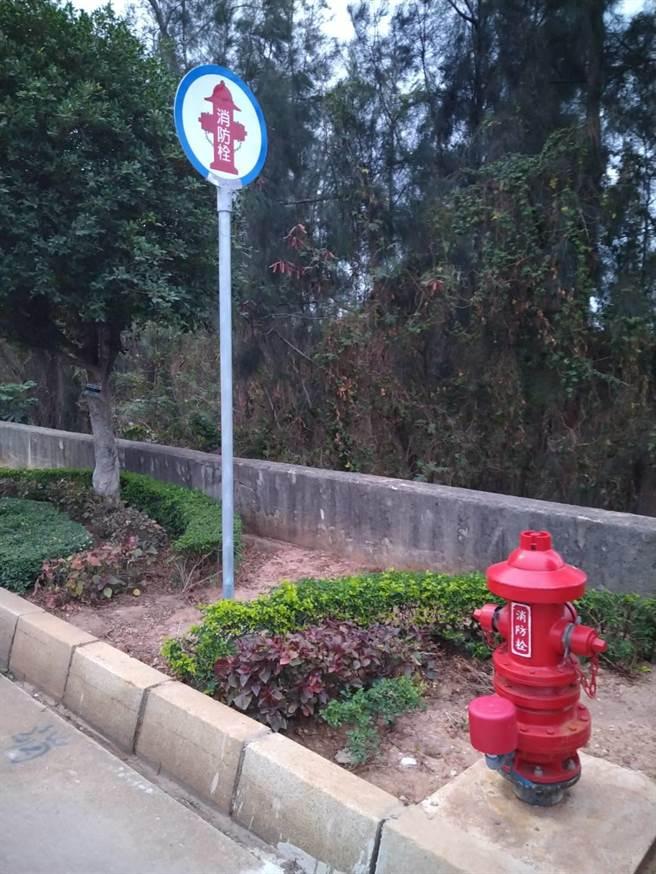 金門增設地上式雙口消防栓,改善和強化城區、聚落公共安全。(金門縣自來水廠提供)