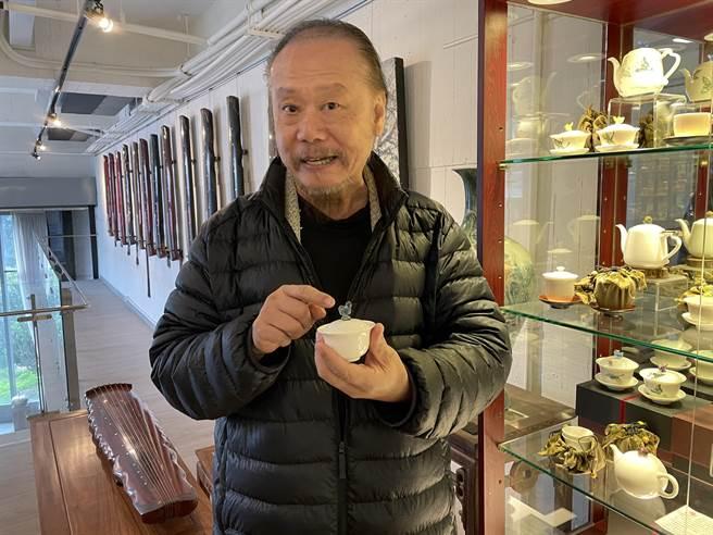 陶瓷名家「存仁堂」遭不效廠商冒名,陶藝家李存仁擔憂民眾買到含有鉛金屬的劣質品。(記者蔡雯如攝)