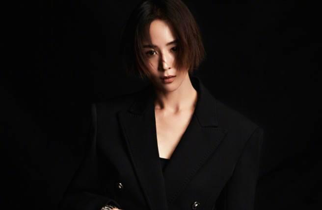 張鈞甯在一系列美照中換上全黑西裝,寬大的版型可以直接當成裙子穿,曝光下半身的逆天長腿。(圖/摘自微博@北京青年周刊)