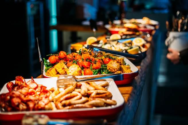 網友建議吃buffet時炸物不能先吃,一下就飽了。(自助餐示意圖 達志)