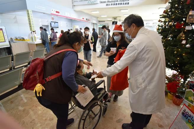 台南市立醫院與台灣世界展望會南區辦事處發起「聖誕祝福,醫起集愛」活動。(台灣世界展望會南區辦事處提供/李宜杰台南傳真)