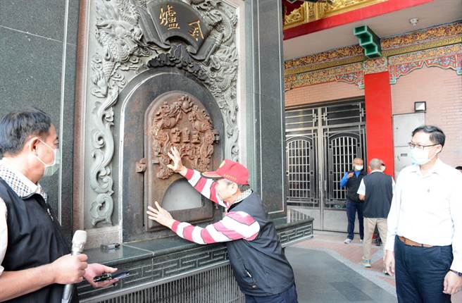 玉皇宮將廟宇內的金爐封爐,盼為提升屏東空氣品質盡一分力。(林和生攝)