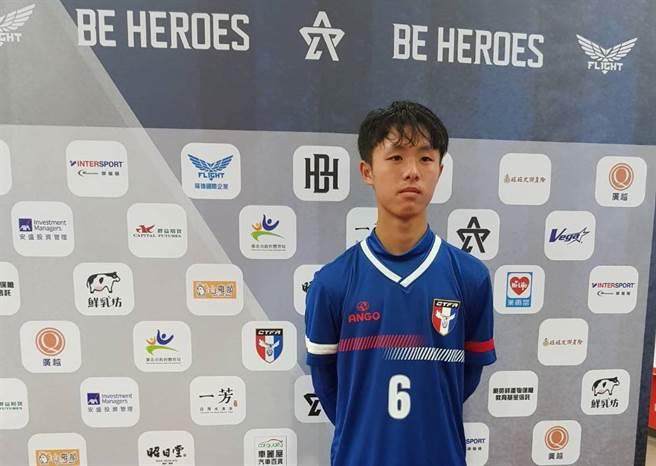 來自惠文高中的足球好手許博傑,在BE HEROES高中足球菁英對抗賽單場獨進兩球,幫助中華U20潛力培訓隊獲勝。(陳筱琳攝)