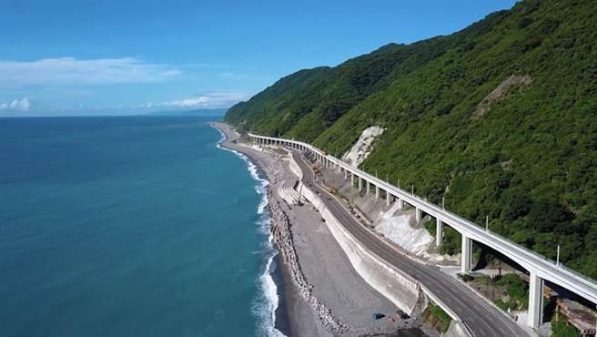 南迴鐵路多良高架橋路段,依山傍海是全台最美的海景鐵道。圖/鐵道局提供