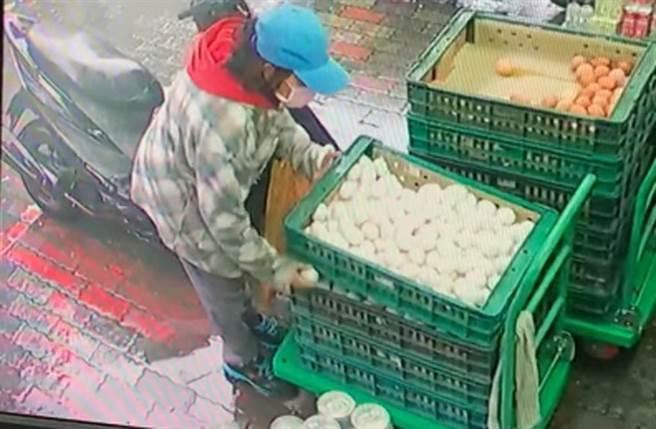 土城一間雜貨店賣的蛋經常破掉,調閱監視器發現是遭一名婦人刻意弄破。(照片來源:截自臉書社團《我是土城人 我愛土城區》)