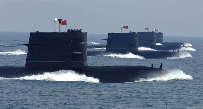 中方海軍潛艇部隊進行編隊航渡訓練的資料照。(新華社)