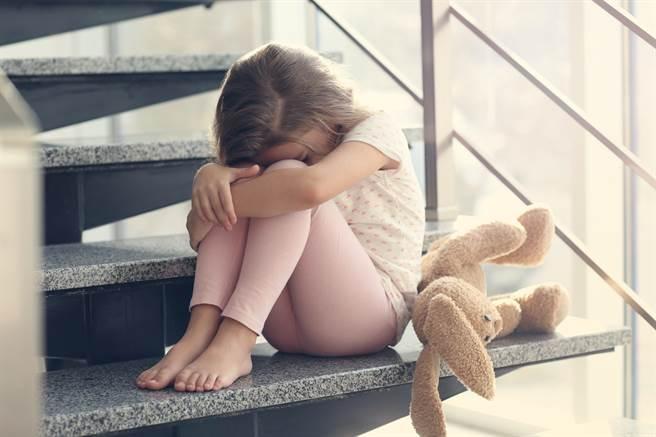 當「單獨」變成「寂寞」─一種現代情緒的誕生。(圖片來源/達志影像shutterstock提供)