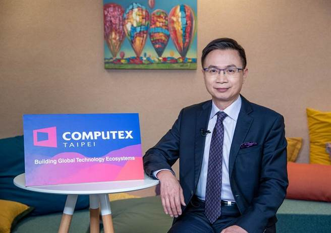 外貿協會董事長黃志芳宣告COMPUTEX將擁抱數位轉型浪潮,於2021年線上平台導入人工智慧演算技術,賦予高精準度的參展及觀展體驗。圖/貿協提供