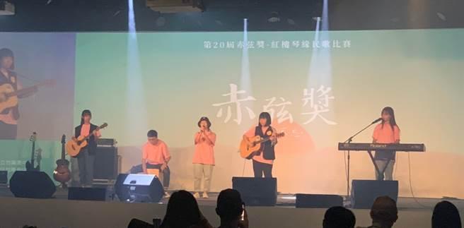 竹南高中的蕭晴演唱「雨季的船」。(Campus編輯室攝)