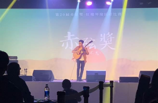 華興中學的高維澤演繹波蘭吉他創作鬼才的作品「Toxicity」。(Campus編輯室攝)