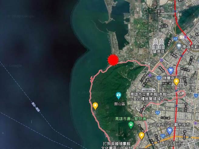 高市府15日表示,流彈來自海軍陸戰隊「海七哨」(紅點)靶場,距離陳男(藍色標記處)1.5至2公里。(本報資料照/袁庭堯高雄傳真)