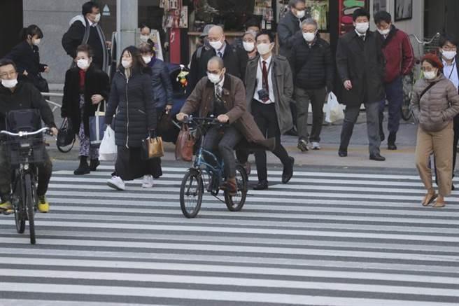 疫情惡化,日本今年12月28日至明年1月11日「去旅行」國內振興旅遊方案全面喊卡。圖為東京街頭。(美聯社)