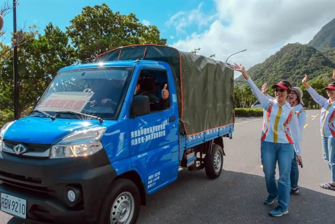東管處租賃全新小貨車提供轄內6個鄉鎮公所,做為清理海岸線的利器 。(東管處提供/莊哲權台東傳真 )