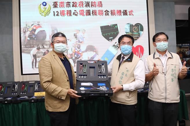 台南市消防之友会理事长联合多家在地企业,联合捐赠46台12导程心电图机,供消防局第1线救护使用。(图:台南市政府提供)