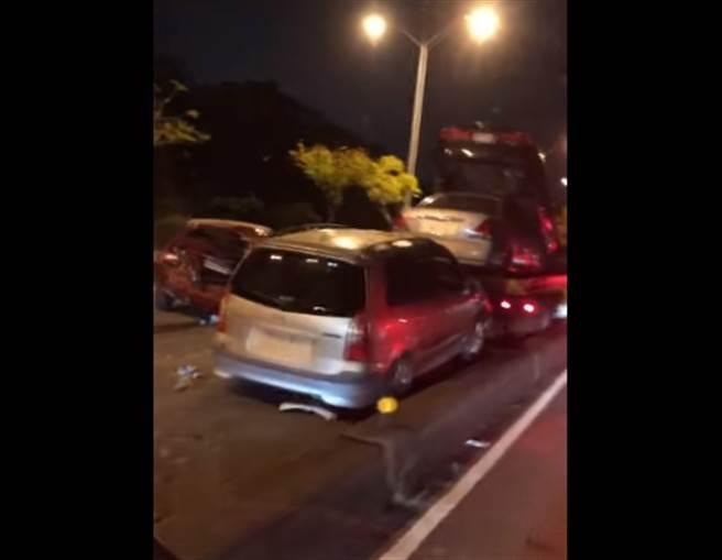 台74線7輛車撞一塊!駕駛曝光影片:塞爆了不要開進來(圖/花壇人俱樂部FB)