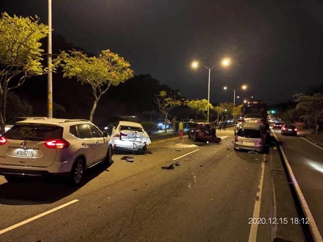 傍晚下班尖峰時段,疑似因拖吊車剎車失靈,花壇台74甲東外環路發生10多輛車撞成一團的事故,車流嚴重回堵。(民眾提供/謝瓊雲彰化傳真)